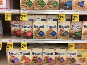scaffale al supermercato con cibo e cracker Triscuit