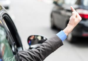 dito medio guidando in macchina
