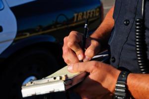 mano di poliziotto che scrive una multa