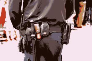 poliziotto di spalle con pistola