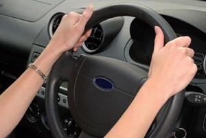 mani sul volante alla guida