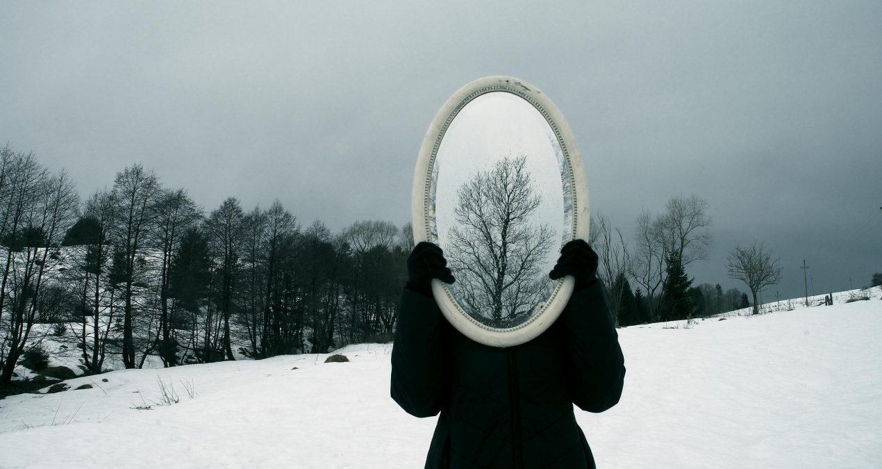 Lo si fa in tre: io, lo specchio e la fotografa.