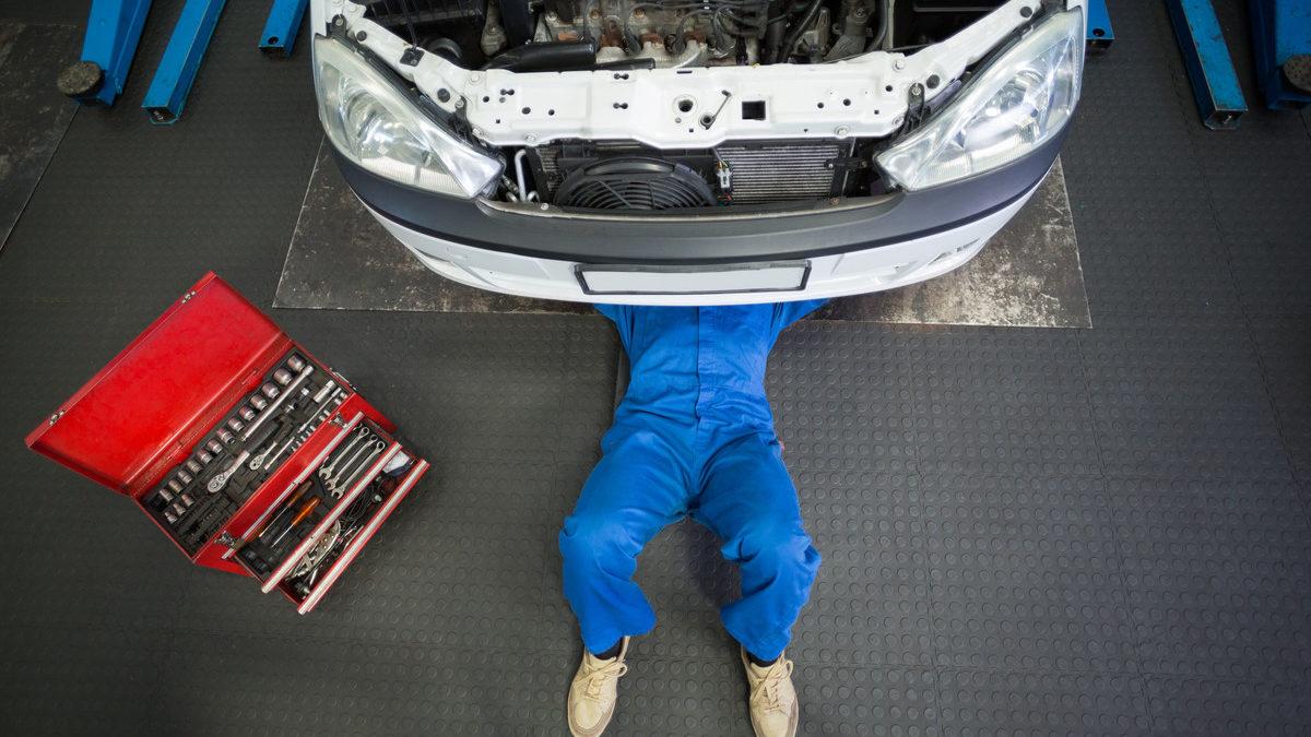 Donne e motori: meccanico e dolori